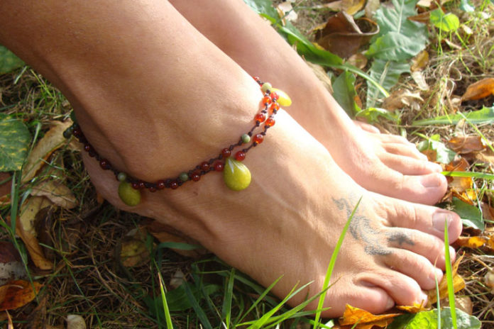 10-minute knotted ankle bracelet