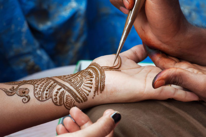 Leave henna to dry on itself
