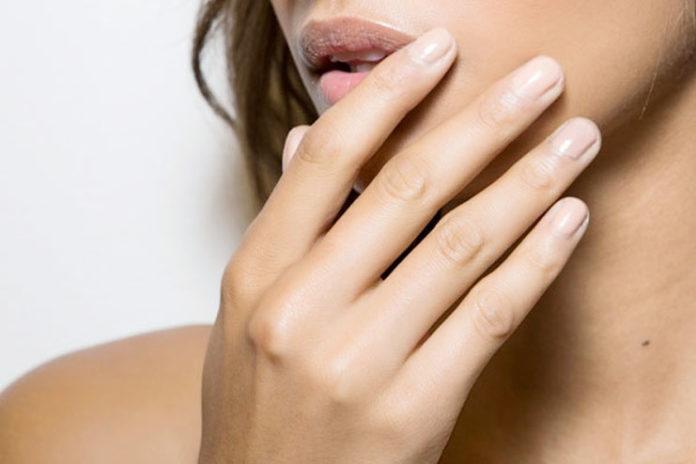 Lightens the skin tone