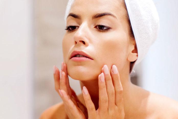 Cuidados de pele diários para a acne