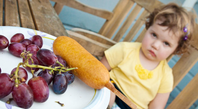 child eating right