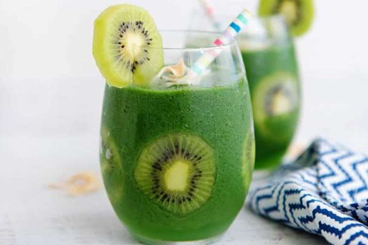Green Smoothie with Kiwi, Avacado and Spinach