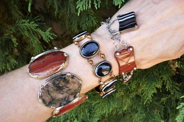 Bracelet with pebbles