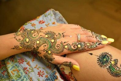 8 Alluring Glitter Mehndi Designs- Designs with Glow and Shades